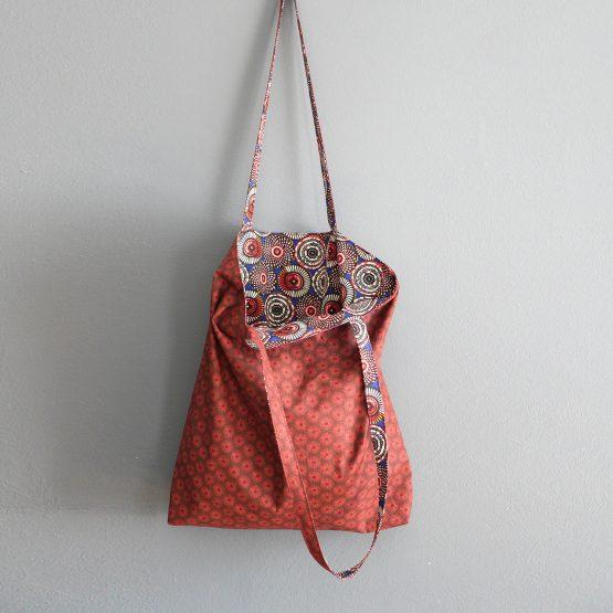 Tote bag tissu réversible femme wax soweto bleu marine rouge bordeaux rosaces fleurs graphique sac shopping cadeau fête des mères original unique - Julie & COo
