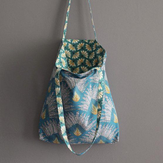 Sac femme porté épaule tote bag tissu réversible Madagascar feuilles palmier fleurs éventail graphique bleu turquoise coloré exotique ethnique cadeau original - Julie & COo