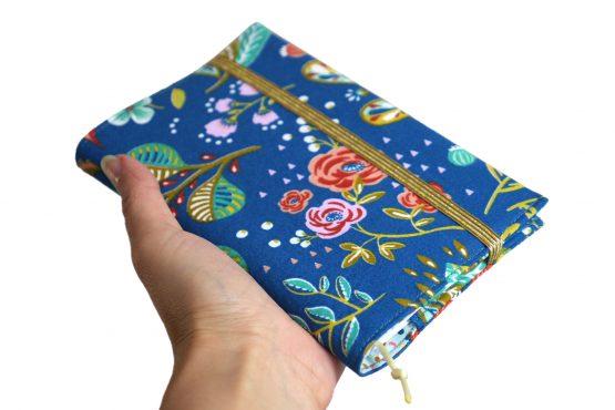 Agenda rentrée scolaire 2019-2020 septembre tissu handmade fleurs fond bleu coloré été feuilles cadeau semainier rendez-vous carnet de poche - Julie & COo