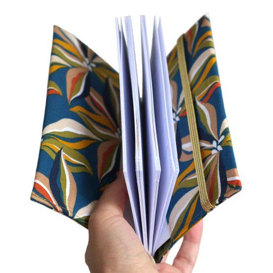Agenda rentrée scolaire 2019-2020 septembre tissu handmade fleurs ibis couleurs automne bleu pétrole jaune curry vert kaki beige cadeau semainier rendez-vous carnet de poche - Julie & COo