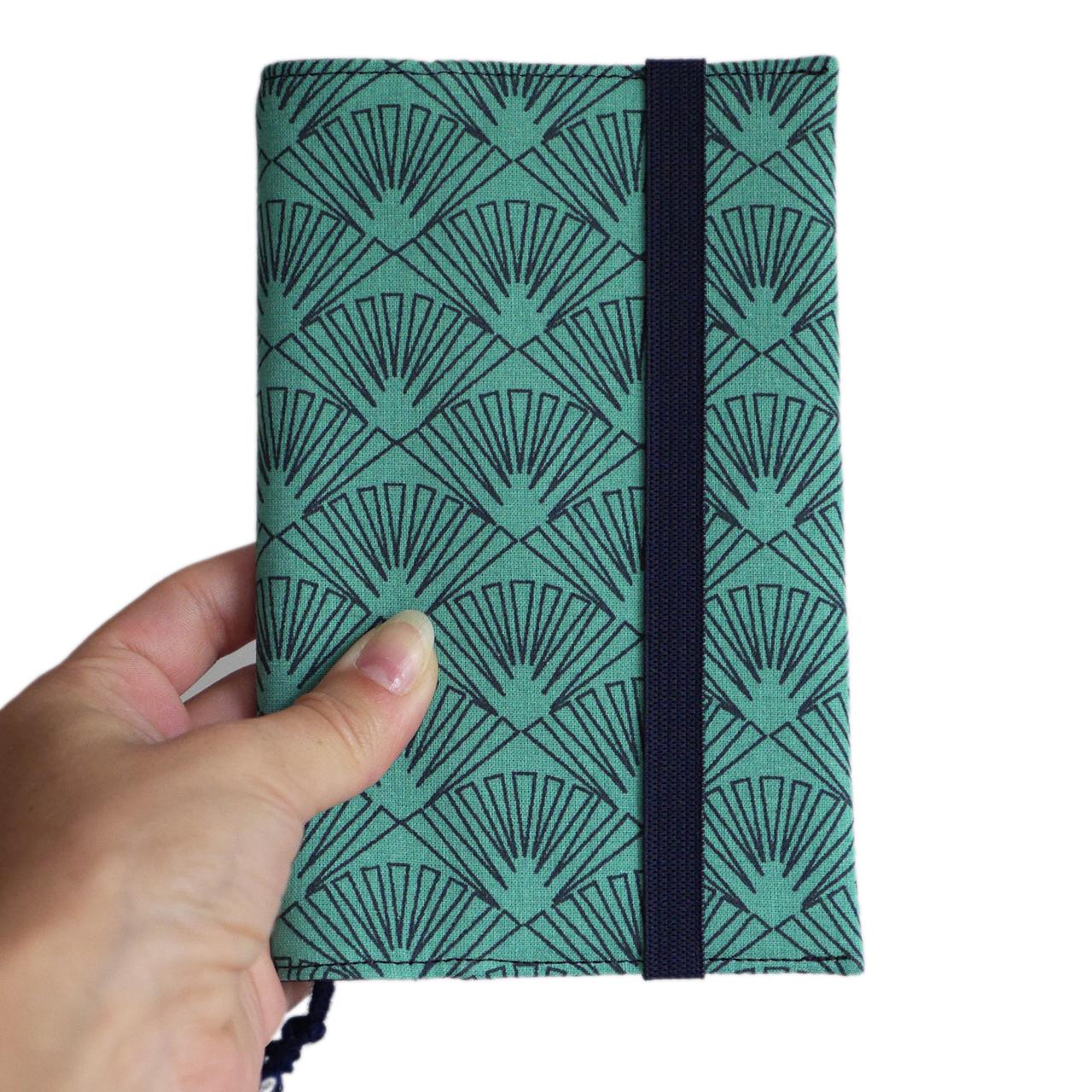 Prot/ège-passeport couverture tissu /éventail graphique bleu turquoise femme fait main japonais fermeture /élastique bleu marine