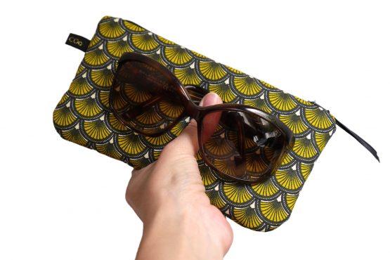Étui à lunettes femme trousse rembourrée tissu écailles japonaises jaune et noir graphique zip ruban cadeau unique original - Julie & COo
