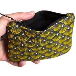 Grand porte-monnaie format carte d'identité tissu écailles japonaises jaune et noir graphique zip ruban cadeau femme unique original - Julie & COo