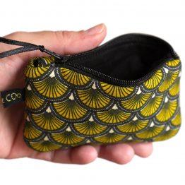 Mini porte-monnaie format carte de crédit tissu écailles japonaises jaune et noir graphique zip ruban cadeau femme unique original - Julie & COo
