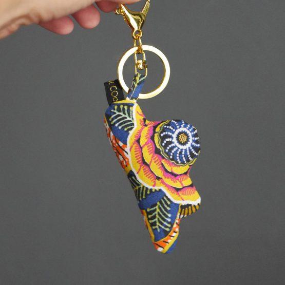 Porte-clé bijou de sac nuage tissu dahlia jaune simili cuir doré brillant anneau or mousqueton - Julie & COo