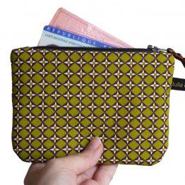 Grand porte-monnaie format carte identité tissu graphique losange vert pistache marron zip ruban cadeau femme unique original - Julie & COo