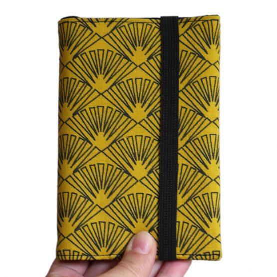 Porte-documents protège-passeport couverture tissu éventails graphique jaune moutarde noir japonais femme voyage porte-document pochette fermeture élastique - Julie & COo