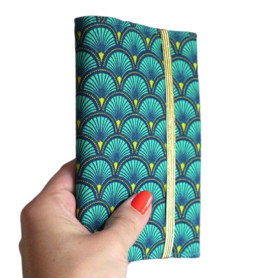 Protège-passeport couverture tissu motifs japonais écailles graphiques bleu émeraude fermeture élastique doré cadeau femme voyage porte-document pochette globe trotteur - Julie & COo