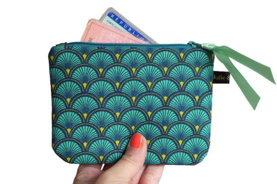Grand porte-monnaie format carte d'identité tissu écailles japonaises bleu émeraude graphique zip ruban cadeau noël femme unique original - Julie & COo