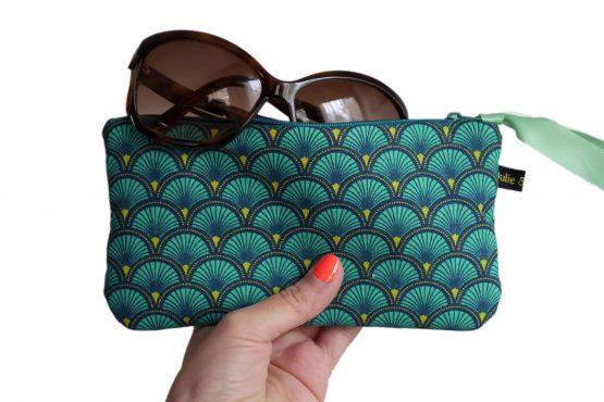 Étui à lunettes femme trousse rembourrée tissu écailles japonaises bleu émeraude graphique zip ruban cadeau unique original - Julie & COo