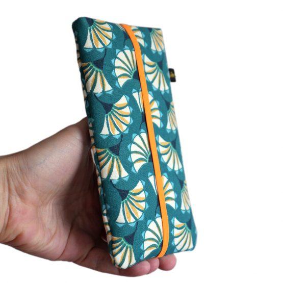 Housse téléphone portable tissu pochette femme iPhone Samsung motifs fleurs graphique éventail japonais bleu turquoise orange élastique étui rigide - Julie & COo