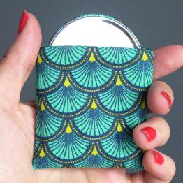 Miroir de poche motifs écailles japonaises bleu émeraude cadeau femme accessoire maquillage tissu rond 56 mm polaire pétrole - Julie & COo