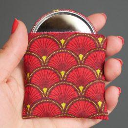 Miroir de poche motifs écailles japonaises rouge cadeau femme accessoire maquillage tissu rond 56 mm polaire bordeaux - Julie & COo