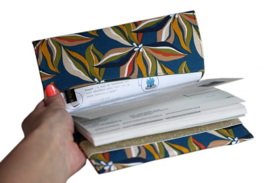 Porte-chéquier femme artisanal tissu fleur handmade protège carnet de chèque élastique doré pochette bleu vert kaki accessoire sac - Julie & COo