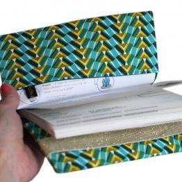 Porte-chéquier femme tissu graphique ethnique egyptien kheops bleu turquoise vert ocre élastique doré brillant or protège carnet de chèques handmade - Julie & COo