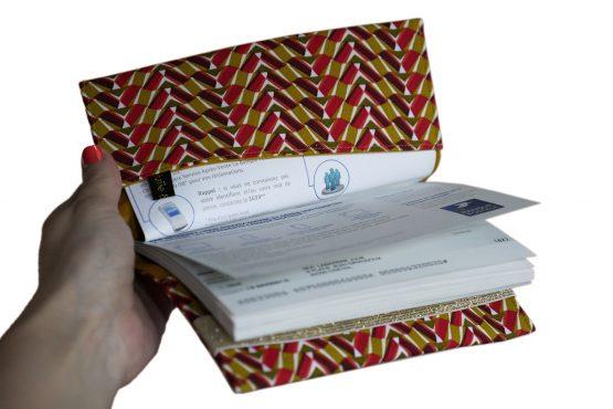 Porte-chéquier femme tissu graphique ethnique egyptien kheops rouge jaune curry élastique doré brillant or protège carnet de chèques handmade - Julie & COo