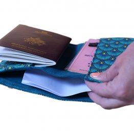 Porte-documents range passeport pochette tissu motifs japonais écailles graphiques bleu émeraude fermeture élastique doré cadeau femme voyage globe trotteur - Julie & COo