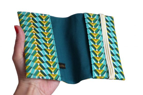 Protège-passeport porte documents voyage tissu motifs graphique bleu turquoise vert fermeture élastique doré cadeau femme billet avion pochette globe trotteur - Julie & COo