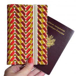 Protège-passeport porte documents voyage tissu motifs graphique rouge jaune curry fermeture élastique doré cadeau femme billet avion pochette globe trotteur - Julie & COo