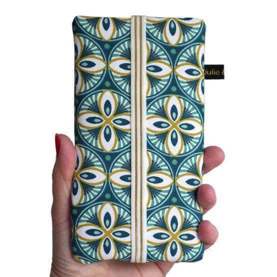 Housse téléphone tissu rosaces iPhone 11 Pro Max graphique bleu canard microfibre turquoise élastique doré fait main en France samsung - Julie & COo