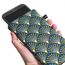 Housse chaussette téléphone tissu graphique éventails queue de paon bleu nuit turquoise ocre élastique doré protection iPhone Samsung S20+ japonais asiatique - Julie & COo