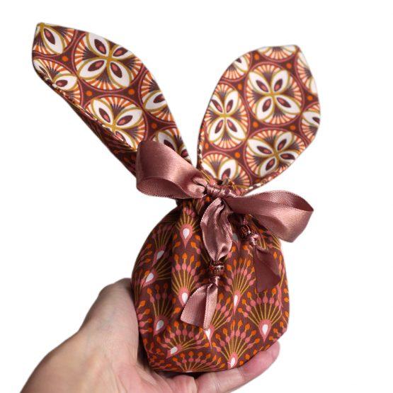 Pochon lapin de Pâques grandes oreilles petit sac enfant chasse aux oeufs tissu réversible terracotta graphique éventail rosace chocolat - Julie & COo