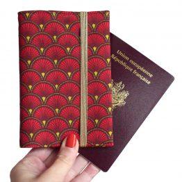 Protège-passeport voyage tissu motifs écailles graphique japonais rouge marron fermeture élastique doré cadeau femme billet avion pochette globe trotteur - Julie & COo