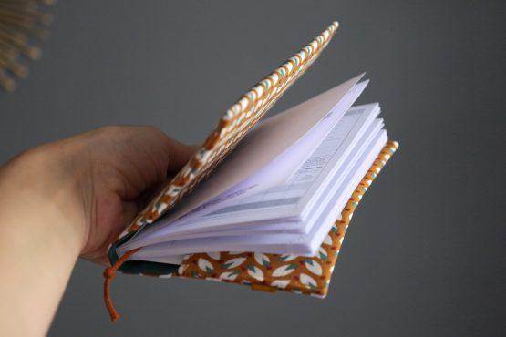 Agenda rentrée scolaire 2020-2021 semainier couverture tissu fait main petites feuilles fond caramel bleu vert élastique doré organisation planning rendez-vous - Julie & COo